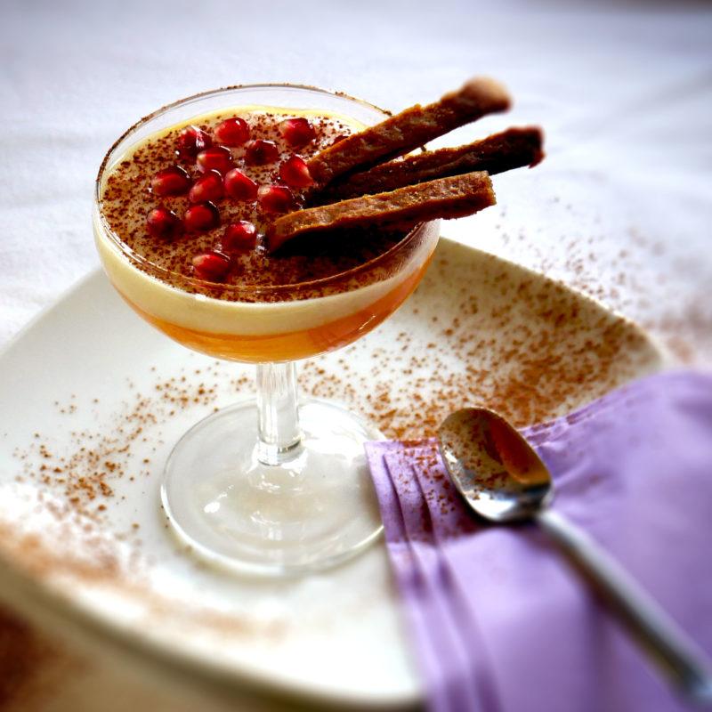 Crema dolce bicolore di Zucca e Mandarino guarnita con polvere di Carrube e chicchi di Melagrana