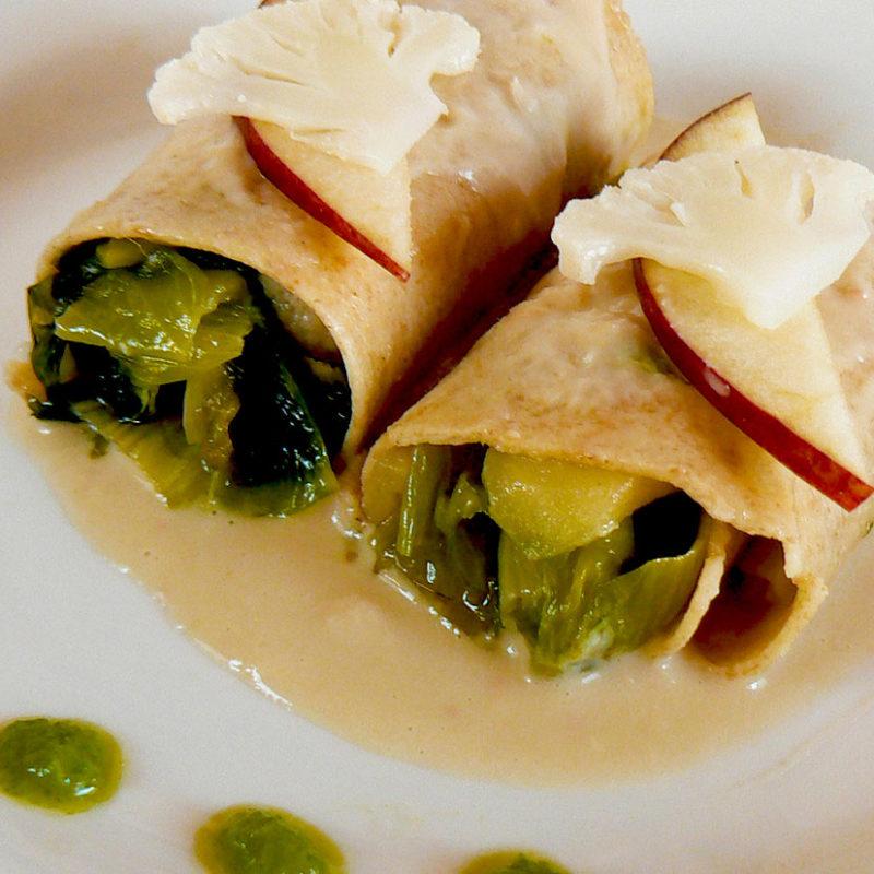 Cannelloni con farina di Grano Saraceno farciti con Scarola, Mele e Cavolfiore, guarniti con crema di Cannellini.