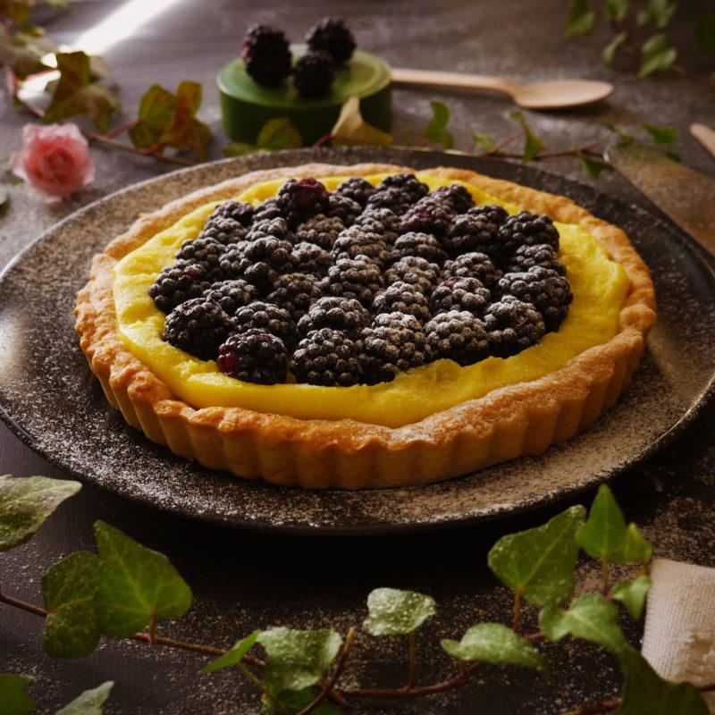Torta con frolla e crema vegana, decorata con more fresche