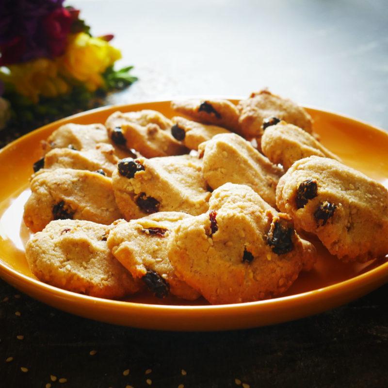 Biscotti con farina di Grano Saraceno senza glutine super golosi con Uvetta e Sesamo