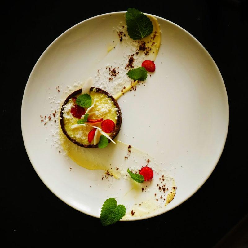 Ricetta facile: Tartellete con cacao decorate con Chips di Cocco, Crema al Limone e Ciliegie