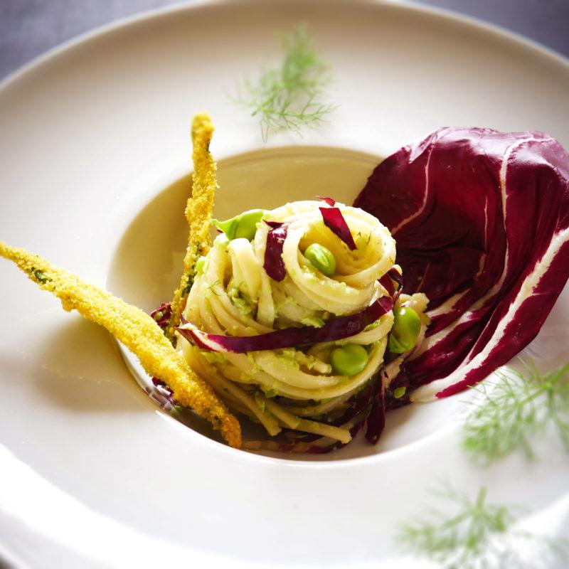 Linguine con Radicchio e  pesto di Fave e Finocchietto, guarnite con Salvia fritta