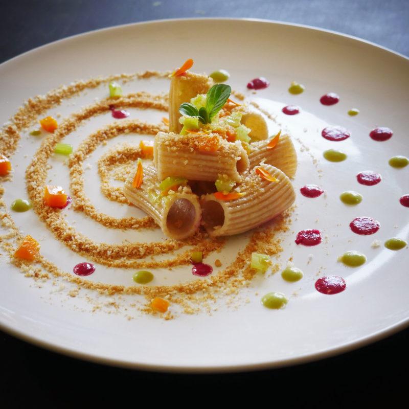 Rigatoni con crema di Piselli, speziati con Menta fresca e  pangrattato tostato