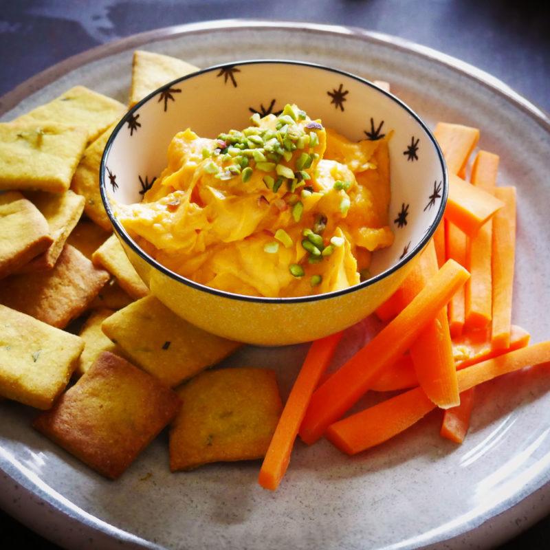 Veg Aperitivo: Hummus di Batata con Crackers al Rosmarino e Curcuma