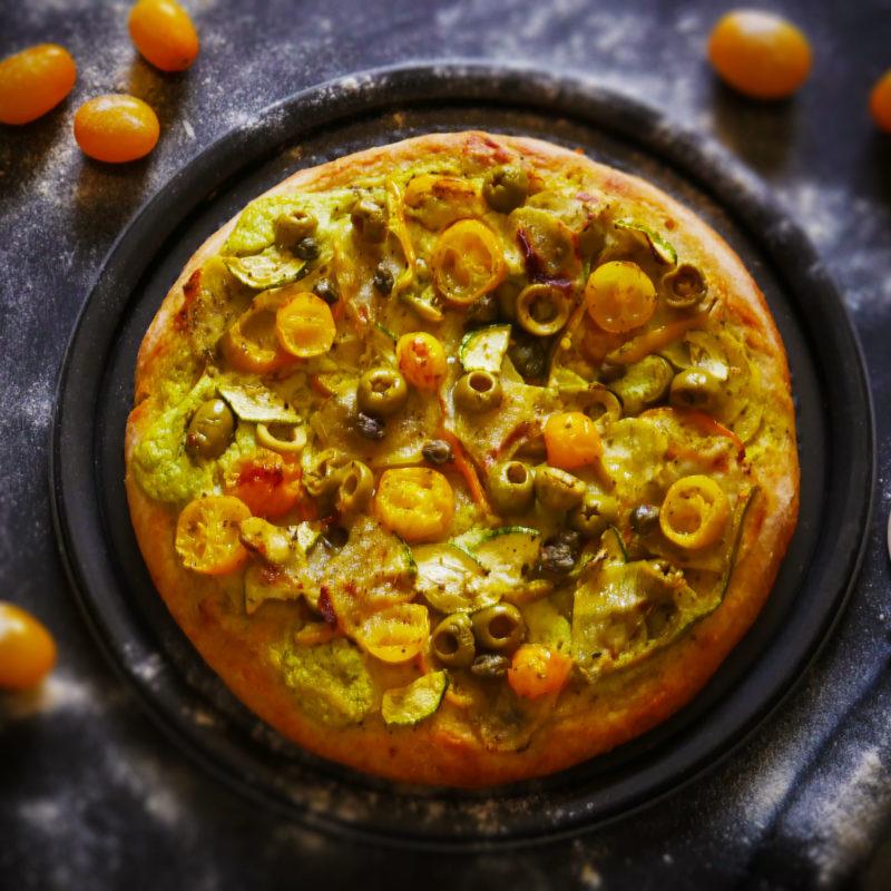 Focaccia alta con Peperoni e Datterini gialli, Zucchine, Olive verdi e Capperi