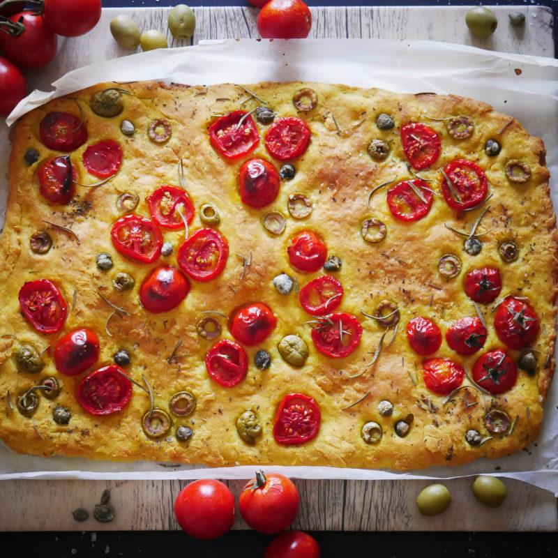 Focaccia con Pomodori, Capperi, Olive Verdi e Origano