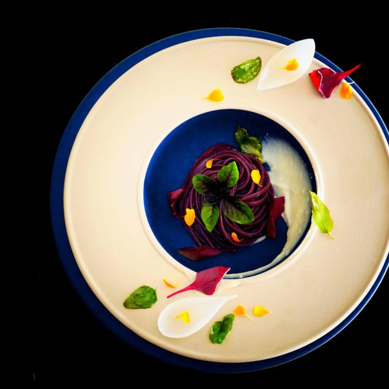 Linguine in salsa di More e Pepe con crema di Cipolle Bianche e Basilico croccante