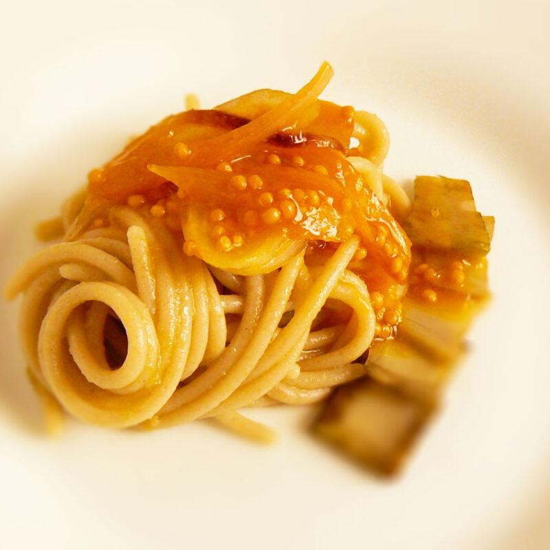 Spaghetti  con purea di Carciofi, salsa di Scalogno e Semi di Senape