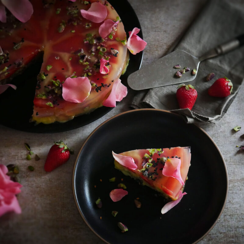 Dolce glutenfree con fragole e gelatina naturale al profumo di rose e limone